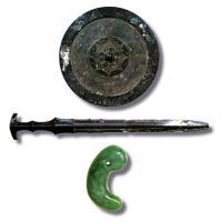 Трите свещени съкровища на Япония - мечът, огледалото, скъпоценният камък
